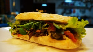 Sanduíche de Carpaccio e Molho Pesto