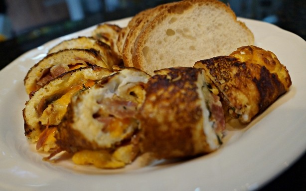 Omelete enrolada de queijo e Parma