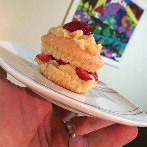 Cupcake peladinho com recheio de beijinho e morango