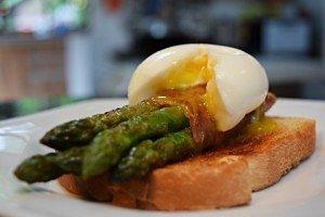 Aspargos com Presunto Parma e Ovo