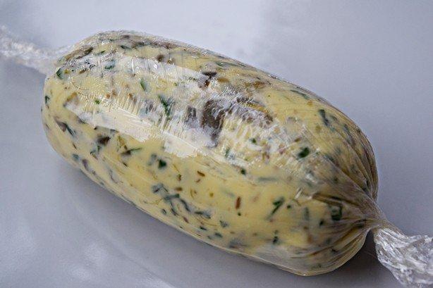 Manteiga de ervas e alcaparras