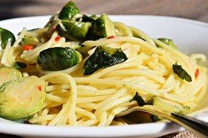 Espaguete com Alho e Couve-de-Bruxelas