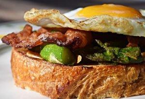 Aspargos com Bacon e Ovo Frito
