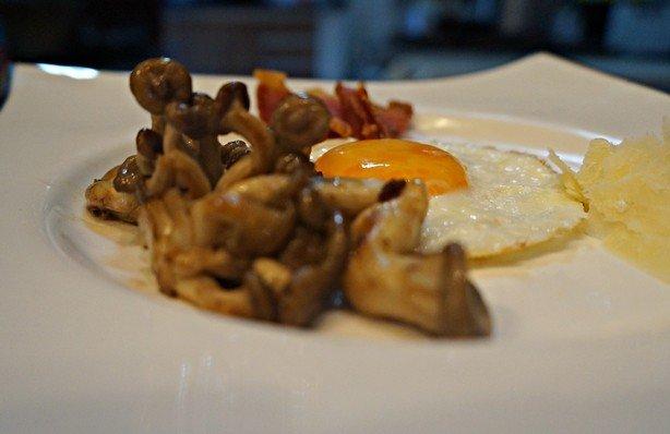 Ovo frito com cogumelos