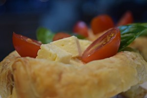 Cestinha de Massa Folhada (e Salada Caprese)