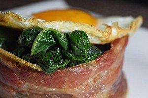 Ovos Fritos com Bacon e Espinafre