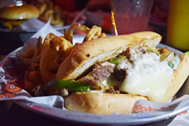Hooters – Animação, comida boa, garçonetes bonitas e o Philly Cheesesteak
