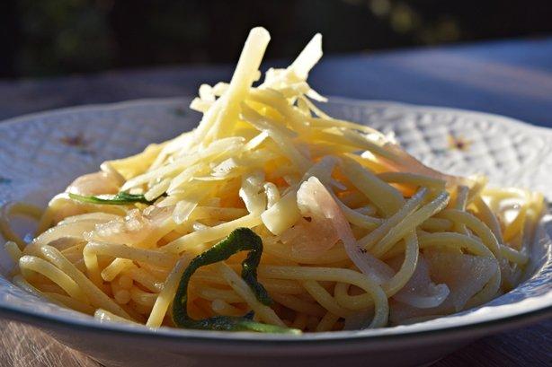 Espaguete com manteiga de sálvia e lardo