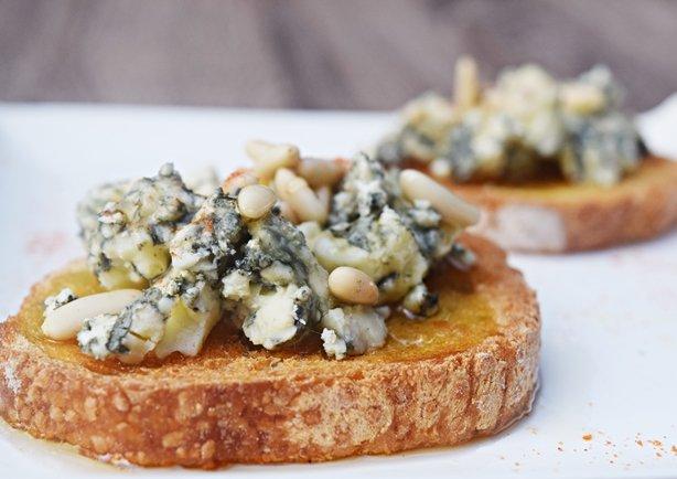 Gorgonzola com pinolis e mel