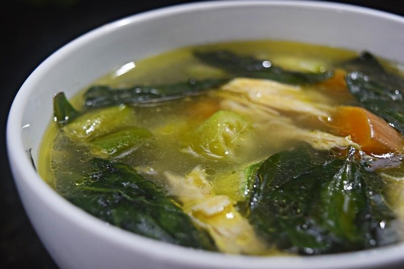 Sopa de Galinha Caipira com Ora-Pro-Nóbis