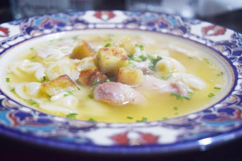 Sopa de Agnolini com Galinha Caipira